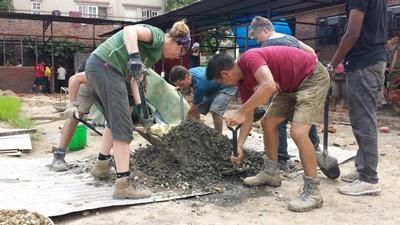 Voluntarios de Projects Abroad asisten en la construcción de salas de clase en el proyecto de Proyecto de Reconstrucción en Katmandú