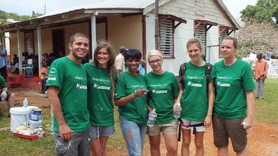 Voluntarios durante proyecto de Construcción en Jamaica
